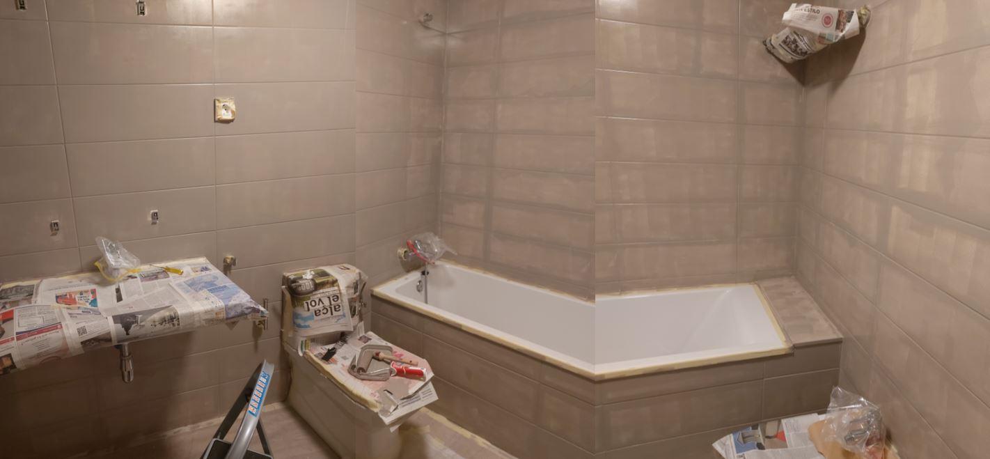 Baño con azulejos pintados.